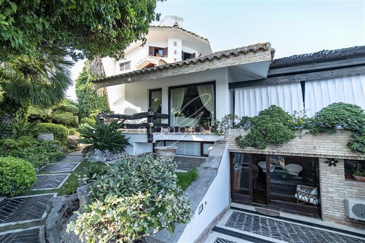 Villa in vendita di 350 mq trattativa riservata (rif. 21/2020)1005136