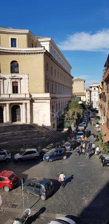 Vendita casa a roma in piazza di san cosimato trastevere for Case in vendita roma trastevere